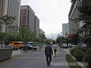 「KRX」(韓国証券先物取引所)のバス停までの道