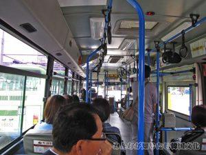 62番の市バス車内