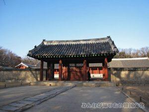 永寧殿(ヨンニョンジョン)の入口