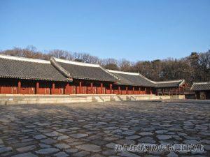 左側から撮影した永寧殿(ヨンニョンジョン)