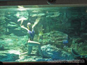 水中バレエショーで踊っている人1