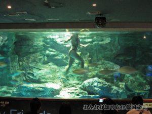 水中バレエショーで踊っている人2