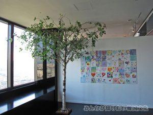木とタイルに書かれた絵