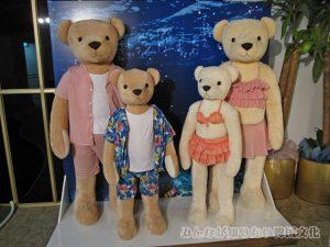 水着を着たテディベアの家族