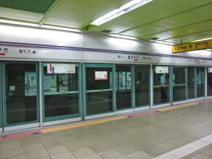 地下鉄の駅にあるホームドア